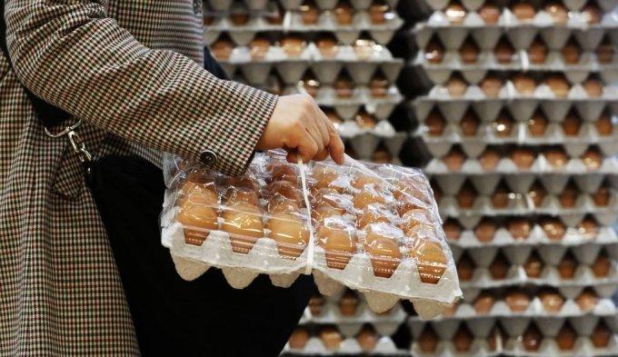 [서울=뉴시스]홍효식 기자 = 통계청이 4일 발표한 '4월 소비자물가동향'에 따르면 지난달 소비자물가지수는 107.39(2015년=100)로 1년 전보다 2.3% 상승하며 3년 8개월만에 가장 높은 상승률을 기록했다. 그 중 파 물가는 생육부진으로 270.0% 올랐고, 사과 51.5%, 달걀 36.9%, 고춧가루 35.3%, 쌀 13.2% 등도 크게 상승했다. 사진은 4일 서울의 한 대형마트에서 손님이 달걀을 구입하고 있다. 2021.05.04. yesphoto@newsis.com