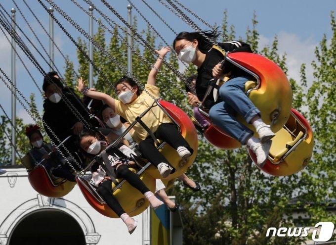 어린이날을 앞둔 지난 2일 서울 광진구 어린이대공원 놀이동산을 찾은 시민들이 놀이기구를 타며 즐거운시간을 보내고 있다/사진제공=뉴스1