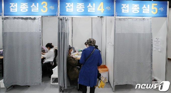 4일 오후 서울 영등포구 코로나19 예방접종센터에서 접종 대상자들이 백신(화이자) 접종을 받고 있다. 2021.5.4/뉴스1 © News1 김진환 기자