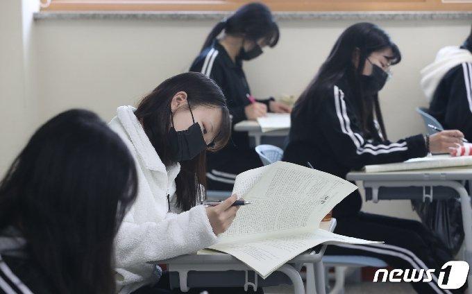 경기 화성 한 고등학교에서 3학년 학생들이 지난달 14일 전국연합학력평가를 치르고 있다./뉴스1 © News1 김영운 기자