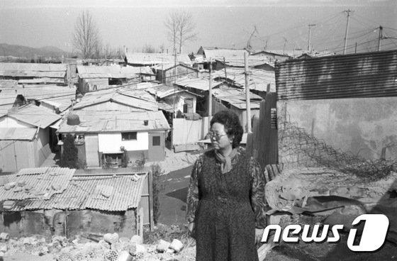 전태일 열사의 어머니 이소선(2011년 작고) 여사가 1988년 당시 쌍문동 208번지 판자촌에서 찍은 사진. 이곳은 현재 아파트가 들어서 있으며 전태일 옛집터를 알리는 표지석만 남아있다. (전 열사 동생 전태삼씨 제공)© News1