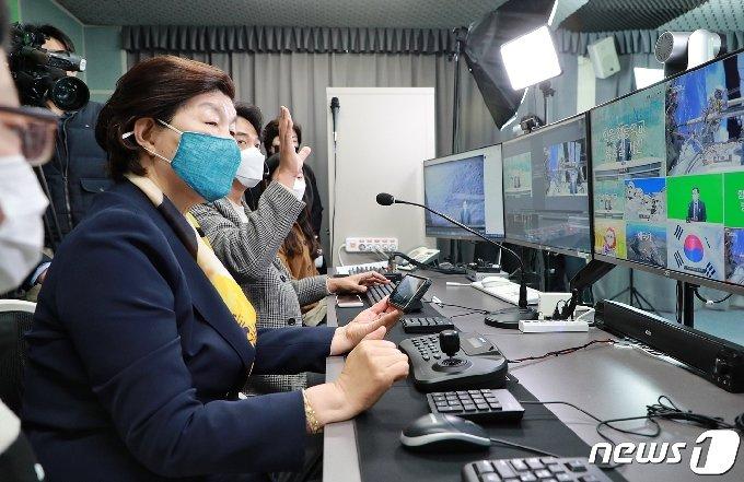 노옥희 울산교육감이 스마트 인터넷 방송시스템을 시연하고 있다.(울산교육청 제공) © 뉴스1