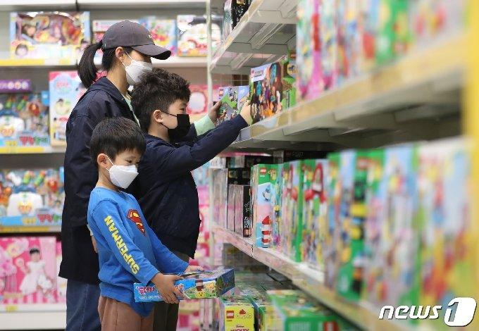 어린이날을 하루 앞둔 4일 오후 경기도 화성시의 한 장난감 가게에서 부모들과 아이들이 장난감을 고르고 있다. 3031.5.4/뉴스1 © News1 김영운 기자