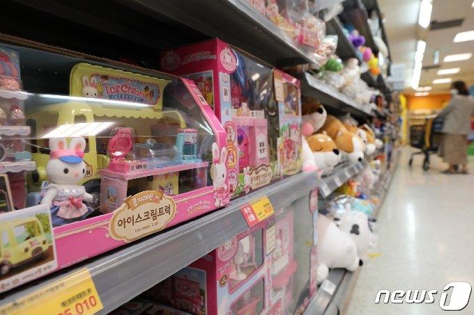 어린이날을 하루 앞둔 4일 서울 시내의 한 대형마트에서 한 시민이 장난감들을 살펴보고 있다. 2021.5.4/뉴스1 © News1 이승배 기자