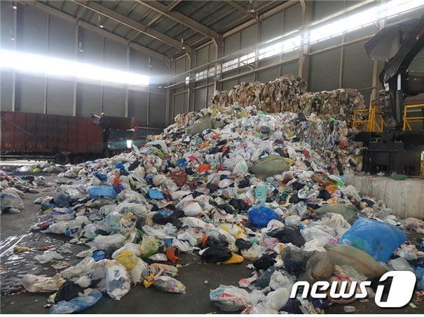 부산 강서구 생곡마을에 있는 부산광역시자원재활용센터 내부.(부산시 제공)