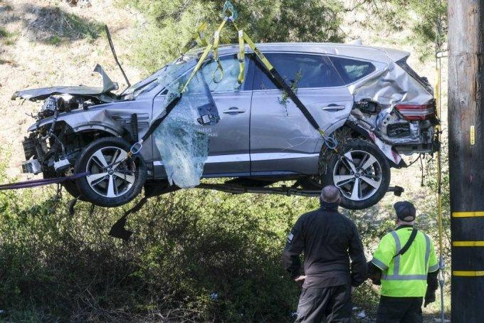 [로스앤젤레스=AP/뉴시스]미 프로골퍼 타이거 우즈가 타고 있던 차량이 23일(현지시간) 미 캘리포니아주 로스앤젤레스 카운티 란초 팔로스 베르데스 인근에서 전복돼 사고 차량인 제네시스 GV80이 현장에서 크레인으로 들어 올려지고 있다. 우즈는 이 사고로 다리를 다쳐 병원으로 이송돼 수술을 받고 있다고 그의 매니저 마크 스타인버그가 밝혔다. 2021.02.24.