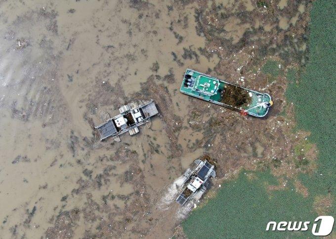 쓰레기 및 부유물을 수거하고 있는 모습. 2020.8.12/뉴스1