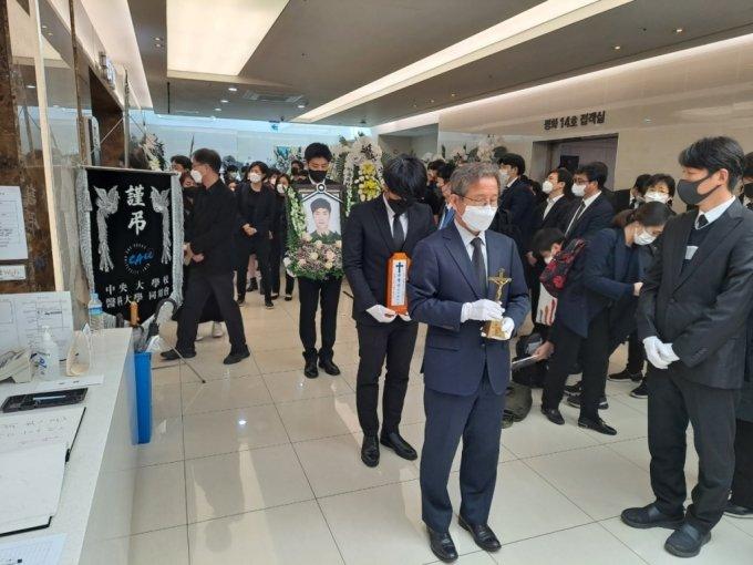고(故) 손정민씨(22)의 발인이 끝난 후 영정과 위패가 안치실로 이동하고 있다/사진=홍순빈 기자