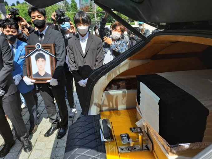 고(故) 손정민씨(22)의 장례미사가 끝나고 관이 운구차로 옮겨졌다/사진=홍순빈 기자