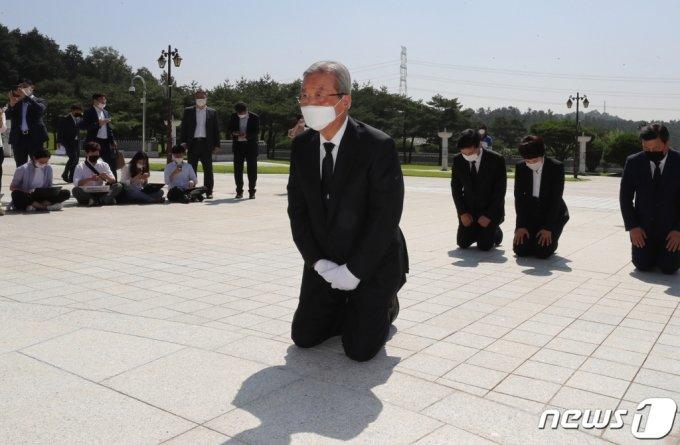 김종인 전 국민의힘 비상대책위원장이 지난해 8월 19일 오전 광주 북구 국립5·18민주묘지에서 무릎 꿇고 참배하고 있다. /사진=뉴스1.