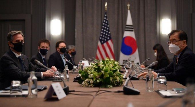 주요 7개국(G7) 외교·개발장관회의 참석차 영국을 방문 중인 정의용 외교부 장관(오른쪽 첫번째)이 3일 영국 런던에서 토니 블링컨 미국 국무부 장관(왼쪽 첫번째)과 한미 외교장관 회담을 하고 있다./사진=로이터통신