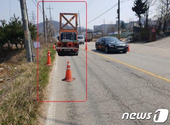 빈도로에 공사차량과 공사표시를 알리는 삼각봉이 합성된 사진. (경기도청 제공) © 뉴스1