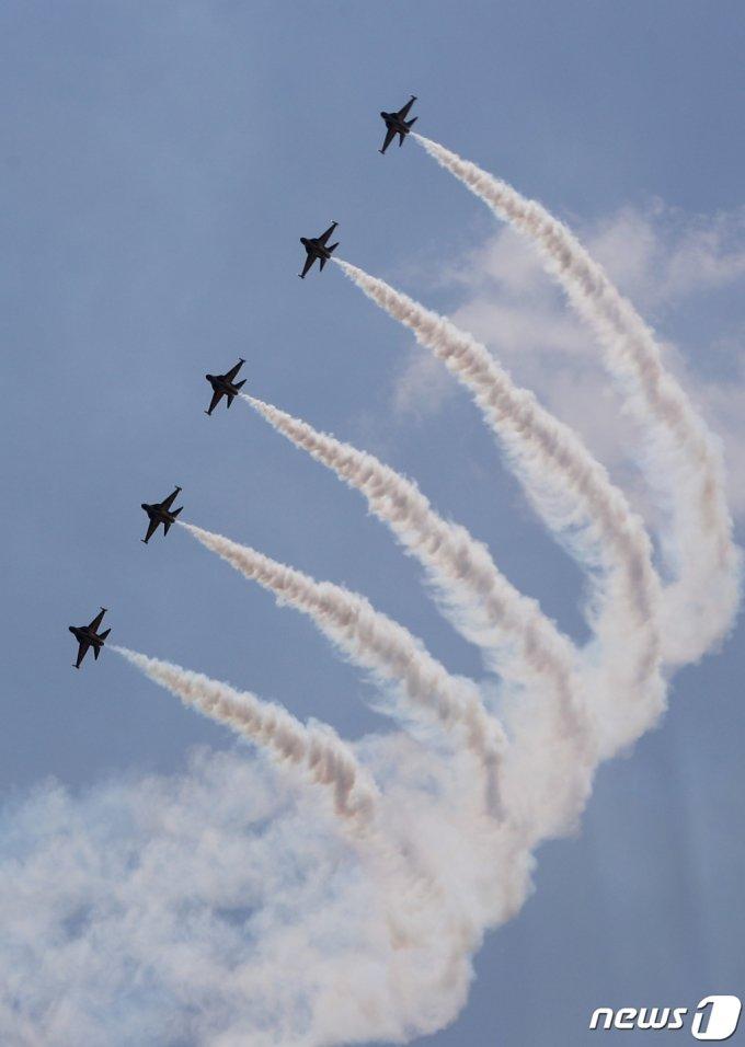 (천안=뉴스1) 김영운 기자 = 어린이날인 5일 오전 충남 천안시 독립기념관 상공에서 공군 특수비행팀 블랙이글스가 에어쇼를 선보이고 있다. 2021.5.5/뉴스1