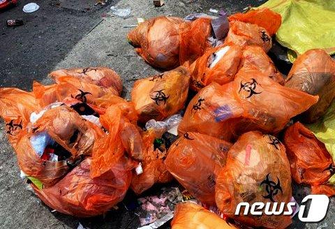 자가격리자 사용한 쓰레기 봉투가 부천시 자원순환센터 재활용선별장에 쌓여 있다.(부천노총제공)© 뉴스1