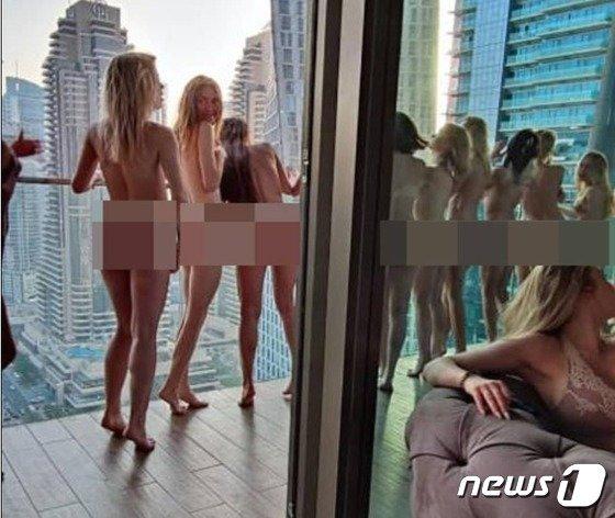 지난달 초 두바이 마리나 지구 발코니에서 촬영을 하고 있는 모델들의 뒷모습. /사진=뉴스1