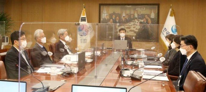 이주열 한국은행 총재가 지난 2월 서울 중구 한국은행에서 열린 금융통화위원회 본회의를 주재하고 있다. /사진=한국은행