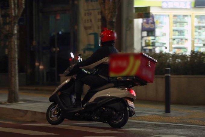 서울 시내에서 배달 오토바이가 달리고 있다. / 사진=뉴시스