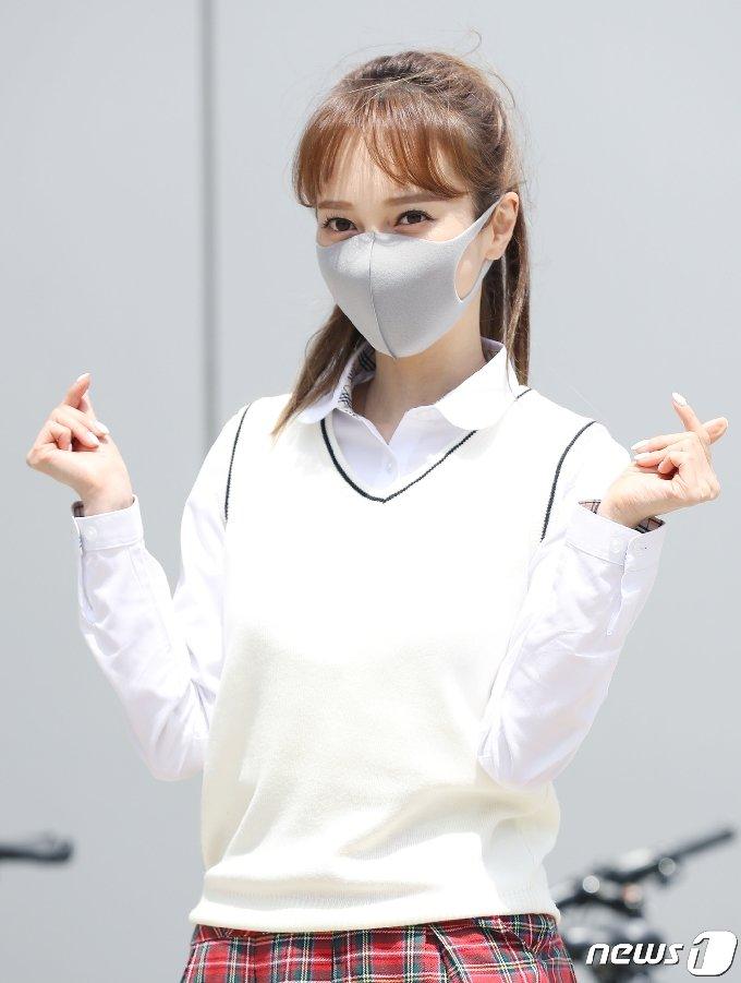 가수 아유미가 6일 오후 경기도 고양시 일산 JTBC에서 열린 JTBC 예능프로그램 '아는 형님' 녹화를 위해 출근을 하며 하트를 그리고 있다. 2021.5.6/뉴스1 © News1 권현진 기자