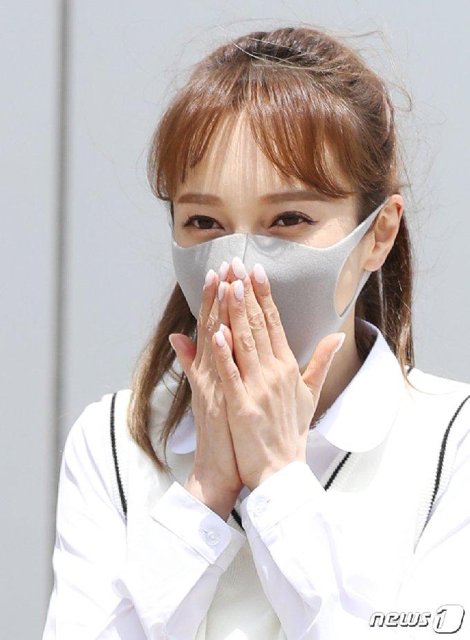 가수 아유미가 6일 오후 경기도 고양시 일산 JTBC에서 열린 JTBC 예능프로그램 '아는 형님' 녹화를 위해 출근을 하며 수줍은 미소를 짓고 있다. 2021.5.6/뉴스1 © News1 권현진 기자