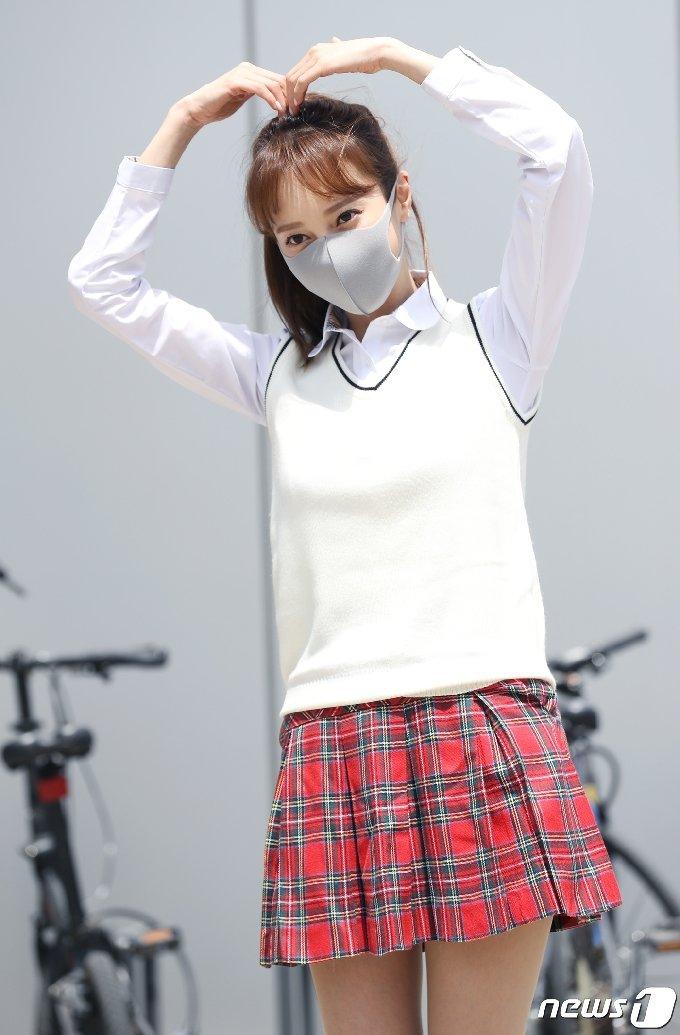 가수 아유미가 6일 오후 경기도 고양시 일산 JTBC에서 열린 JTBC 예능프로그램 '아는 형님' 녹화를 위해 출근을 하며 예쁜 인사를 하고 있다. 2021.5.6/뉴스1 © News1 권현진 기자