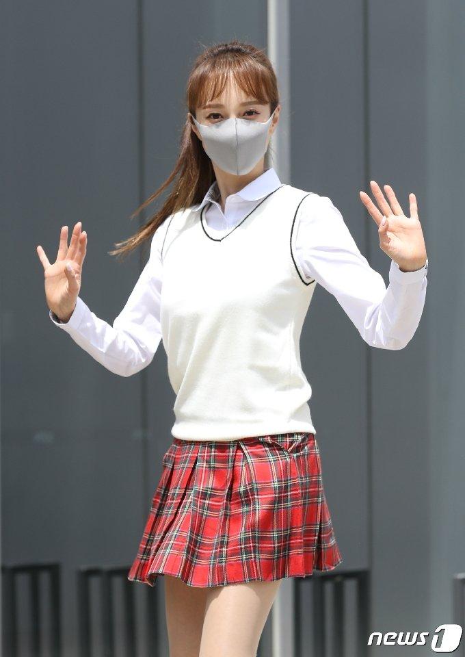 가수 아유미가 6일 오후 경기도 고양시 일산 JTBC에서 열린 JTBC 예능프로그램 '아는 형님' 녹화를 위해 방송국으로 들어서고 있다. 2021.5.6/뉴스1 © News1 권현진 기자