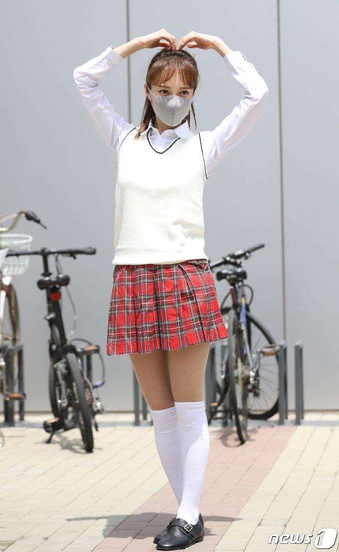 가수 아유미가 6일 오후 경기도 고양시 일산 JTBC에서 열린 JTBC 예능프로그램 '아는 형님' 녹화 현장에서 출근길 인사를 전하고 있다. 2021.5.6/뉴스1 © News1 권현진 기자