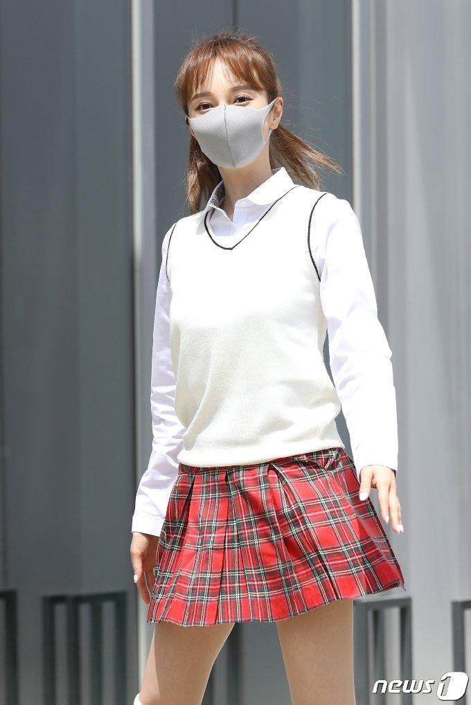 가수 아유미가 6일 오후 경기도 고양시 일산 JTBC에서 열린 JTBC 예능프로그램 '아는 형님' 녹화를 위해 출근을 하고 있다. 2021.5.6/뉴스1 © News1 권현진 기자