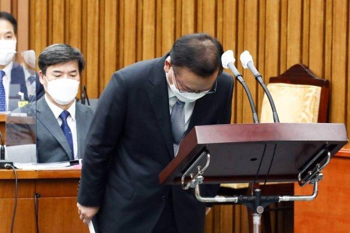 김부겸 국무총리 후보자가 6일 서울 여의도 국회에서 열린 인사청문회에서 발언을 마치고 인사하고 있다. / 사진제공=뉴시스