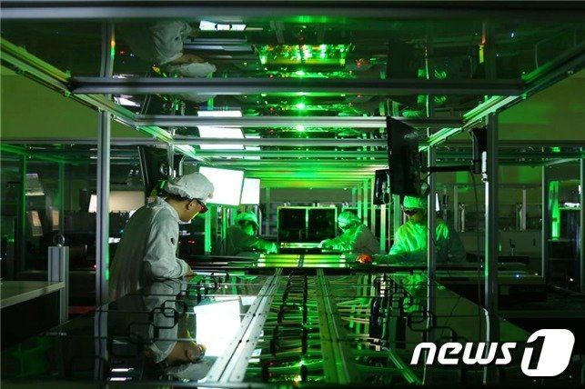 페타와트(PW) 레이저 실험 모습. 연구진이 레이저의 일부인 증폭기를 모니터링하고 있다.(제공:IBS)© 뉴스1