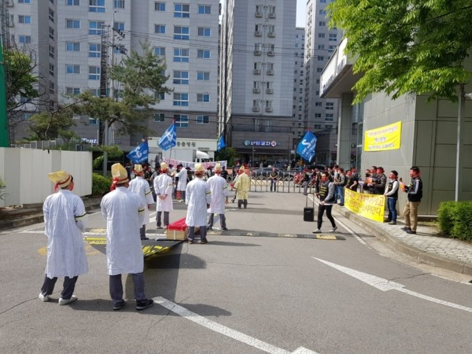 지난 6일 서울 도봉구에 있는 서비스센터에 난입해 시위를 벌이고 있는 르노삼성 노조원들/사진제공=독자