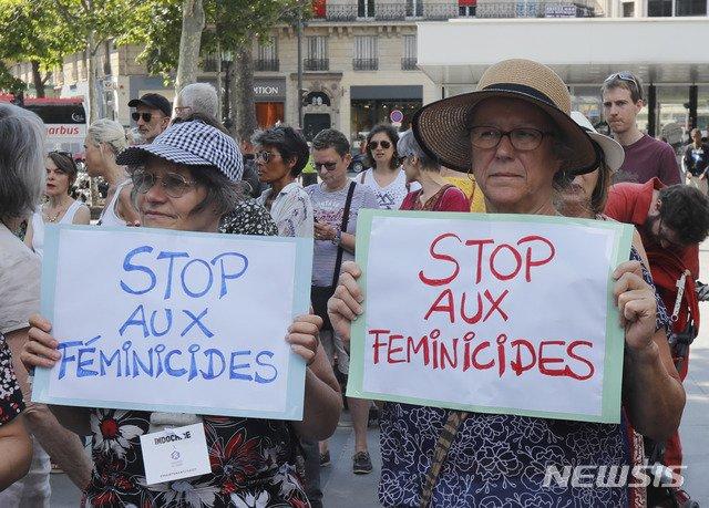 6일(현지시간) 프랑스 파리에서 여성들이 손팻말을 들고 '여성혐오살인'(femicide) 중단 시위를 벌이고 있다/ 사진=AP/뉴시스