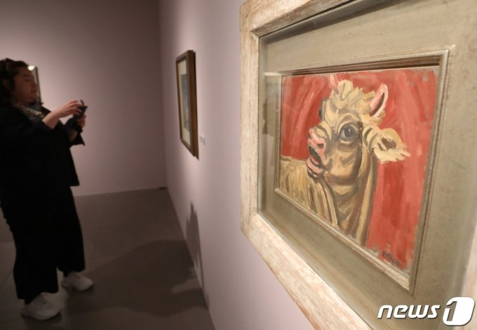 지난해 4월 서울 종로구 갤러리 현대에서 열린 '갤러리현대 50주년 전시 간담회'에서 참석자들이 이중섭 화백의  '황소'를 관람하고 있다./사진=뉴스1
