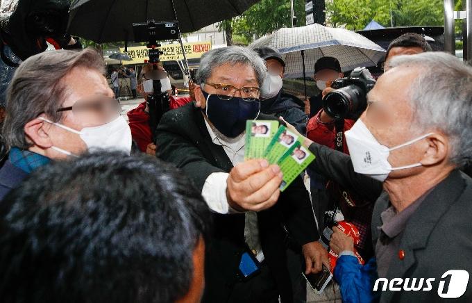 [사진] 광복카드 꺼내보이는 김임용씨