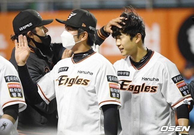 수베로 감독(왼쪽)과 박정현(오른쪽)이 6일 승리 후 하이파이브를 나누고 있다.