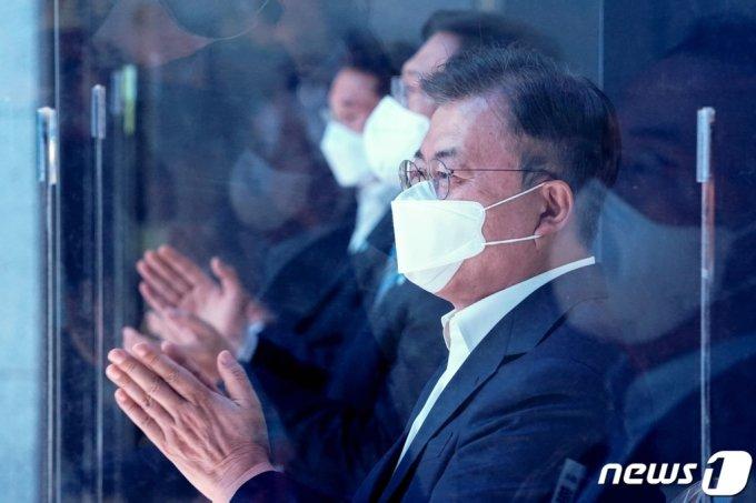 문재인 대통령이 6일 울산 남구 3D프린팅 지식산업센터에서 열린 '울산 부유식 해상풍력 전략 보고'에 참석해 박수치고 있다. /사진=뉴스1