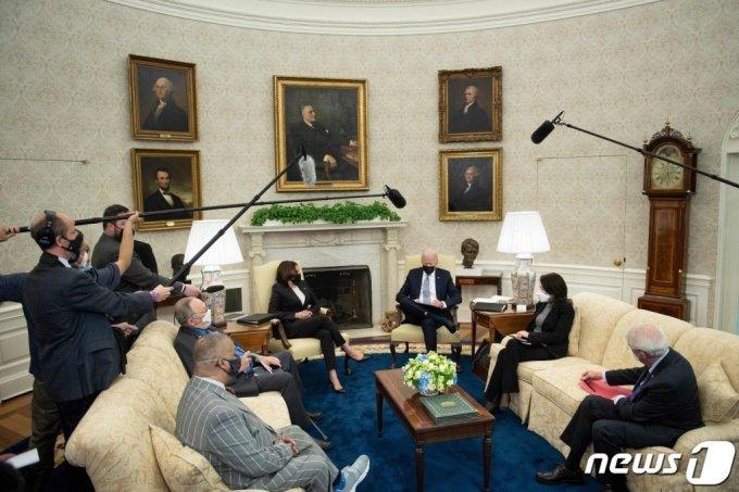 (워싱턴 AFP=뉴스1) 우동명 기자 = 조 바이든 미국 대통령이 12일(현지시간) 워싱턴 백악관에서 카멀라 해리스 부통령이 참석한 가운데 의원들과 '미국 일자리 계획'을 논의하고 있다.  (C) AFP=뉴스1