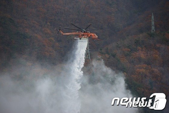산림항공본부 헬기 산불 진화 모습. (뉴스1 DB)