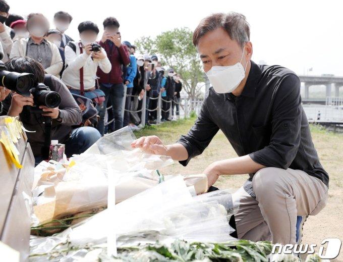 故 손정민 군의 아버지 손현씨가 어버이날인 8일 오후 서울 서초구 반포한강공원 택시승강장 앞 벤치에 마련된 추모공간을 바라보고 있다. /사진= 뉴스1