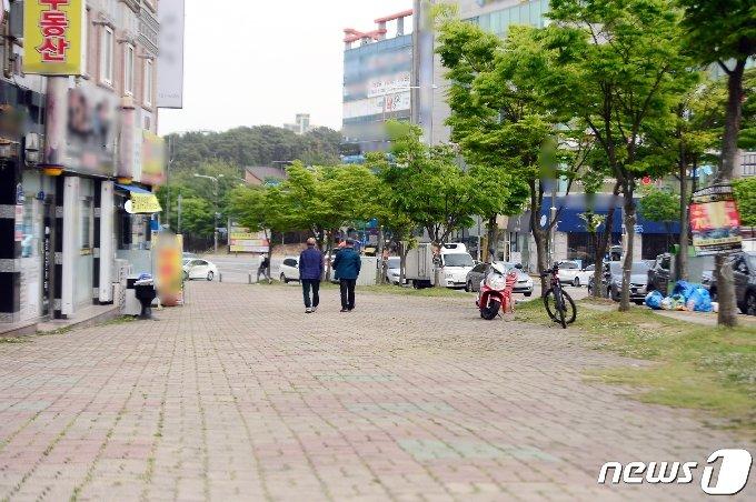 지난 8일 오후 광주 광산구 장덕동 성덕고등학교 인근 상가가 한산한 모습을 보이고 있다. 2021.5.8/뉴스1 © News1 정다움 기자