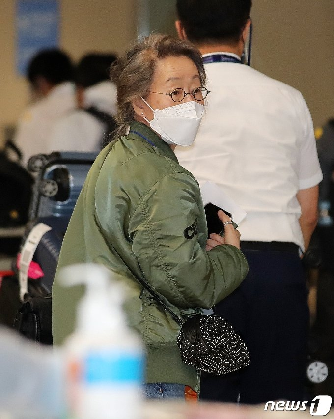 방역 지침에 따라 입국자 대기 장소로 이동해 코로나19 검사를 받으러 가는 윤여정. 2021.5.8/뉴스1 © News1 김진환 기자