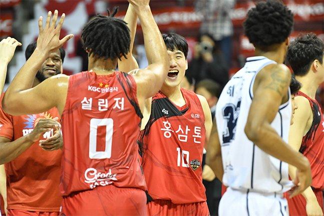 KGC 인삼공사 선수들이 전주 KCC와의 챔피언결정전에서 승리한 뒤 환호하고 있는 모습. /사진=KBL