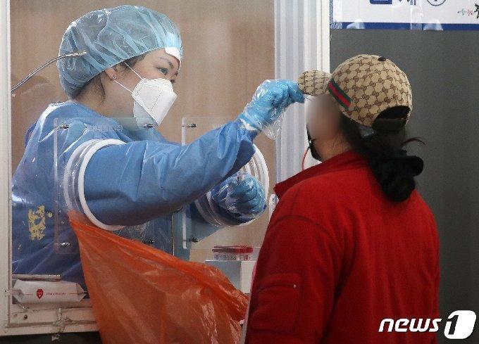 서울 중구 서울역광장에 마련된 신종 코로나바이러스 감염증(코로나19) 임시선별진료소에서 시민이 검사를 받고 있다.© News1 김진환 기자