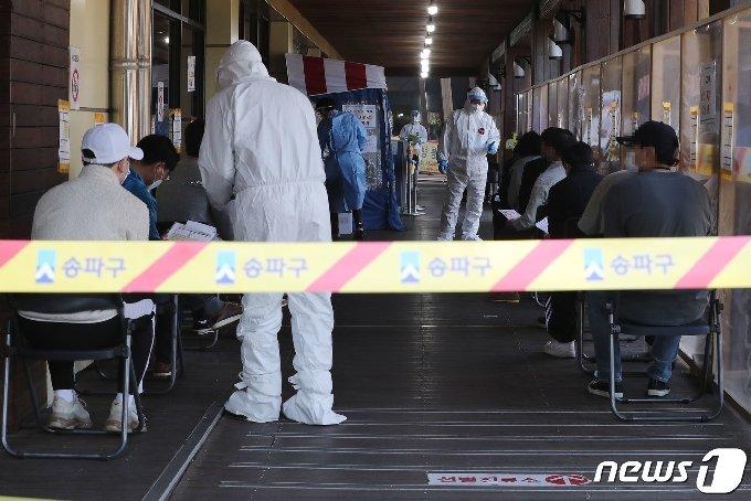 서울 송파구보건소에 마련된 코로나19 선별진료소에서 시민들이 검사를 기다리고 있다.© News1 박세연 기자
