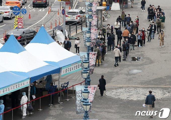 서울 중구 서울역광장에 마련된 신종 코로나바이러스 감염증(코로나19) 임시선별진료소에서 시민들이 검사를 받기 위해 줄을 서 있다.© News1 김진환 기자