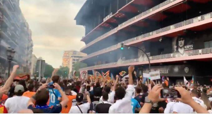 홈구장 앞에 모인 발렌시아 팬들(발렌시아 엑스트라 캡처)© 뉴스1