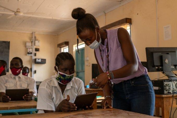 케냐 카쿠마 난민촌 그린라이트 중등학교 교사와 학생이 '갤럭시탭'을 활용해 수업하고 있다. /사진제공=유엔난민기구