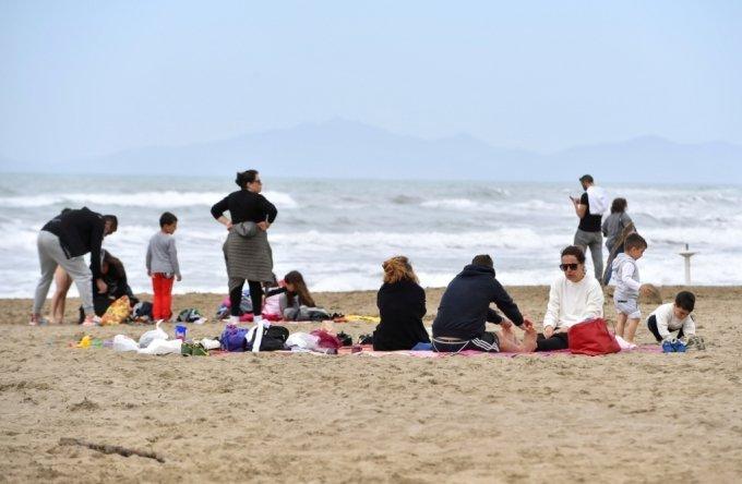 지난 2일(현지시간) 일요일 이탈리아 중부 투스카니 해변에서 사람들이 쉬고 있다. 이탈리아는 코로나19 백신 접종 상황에 따라 전 지역에서 봉쇄를 완화했다./사진=로이터통신