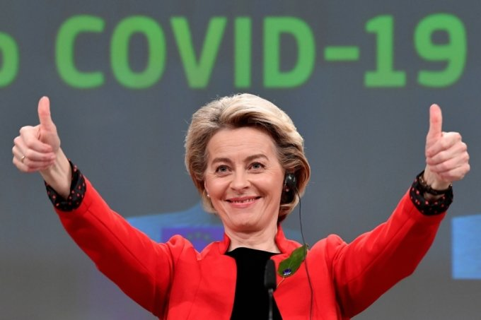 우르줄라 폰데어라이엔 EU 집행위원장이 3월 17일(현지시간) 벨기에 브뤼셀에 있는 EU 본부에서 집행분과위원장(커미셔너) 회동후 코로나19 대응 관련 기자회견을 하면서 자신감에 찬 제스처를 보이고 있다./사진=로이터통신