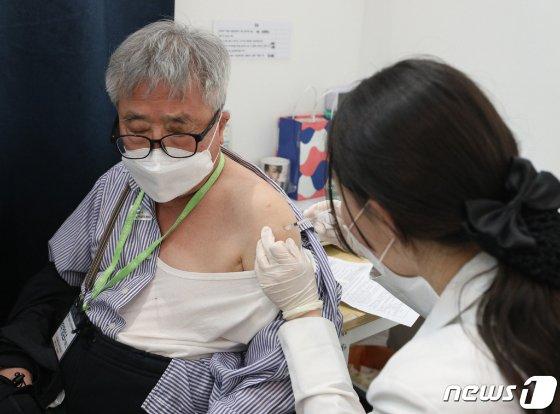 (서울=뉴스1) 신웅수 기자 = 10일 오후 서울 용산구 코로나19 예방접종센터에서 백신 접종을 마친 어르신들이 이상 반응 관찰을 위해 대기하고 있다.  이날부터 만 65~69세에 대한 코로나19 예방접종 사전예약 접수가 시작된다.  예약자들의 접종 시작일은 현재 사전예약이 진행 중인 70~74세와 같은 오는 5월 27일부터다.  한편 코로나19 백신 1차 접종자는 9일 0시 기준 367만4729명으로 전국민 중 7.2%가 1차 접종을 마쳤다. 2021.5.10/뉴스1