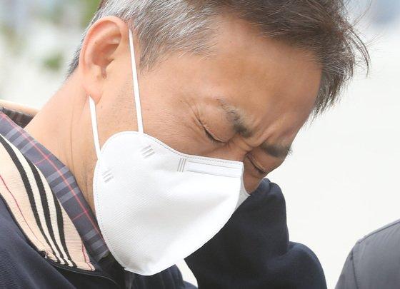 고(故) 손정민씨의 아버지 손현씨(50)가 지난 10일 서울 서초구 반포한강공원 수상택시 승강장 인근에서 취재진과의 인터뷰 직후 슬픔에 잠겨 있다./사진=뉴스1